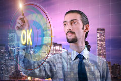 De zakenman die virtuele knoop o.k. drukken Stock Afbeeldingen