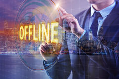 De zakenman die virtuele knoop offline drukken stock foto