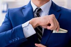 De zakenman die zijn salaris en bonus ontvangen royalty-vrije stock foto