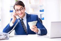 De zakenman die zijn salaris en bonus ontvangen stock afbeelding