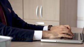 De zakenman dient dicht omhoog het typen op computertoetsenbord in stock video