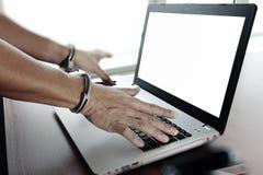 De zakenman dient handcuffs bij houten bureau in Royalty-vrije Stock Fotografie