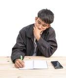 De zakenman dient vooruit Pen Pointing op de lijst aangaande witte achtergrond in stock foto's
