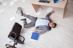 De zakenman dood op de bureauvloer royalty-vrije stock afbeeldingen