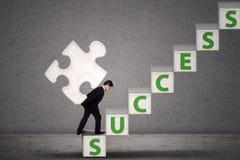 De zakenman draagt raadselstuk om succes te bereiken vector illustratie
