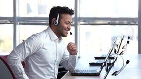 De zakenman drijft online handel stock footage
