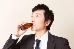 De zakenman drinkt vitaminedrank Royalty-vrije Stock Afbeeldingen