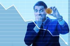 De zakenman droevig over de neerstorting van de bitcoinprijs stock foto