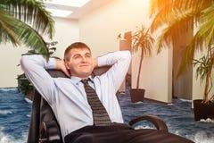 De zakenman droomt over vakanties Stock Foto's