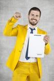 De zakenman in een gouden kostuum is succesvol, een nieuw contract royalty-vrije stock foto's