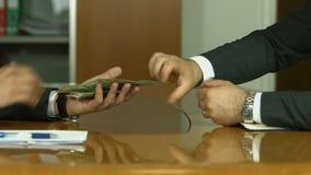 De zakenman in een kostuum neemt een steekpenning stock footage