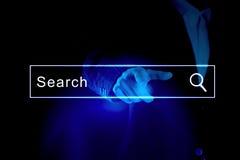 De zakenman een lege onderzoeksbar activeren of de navigatie die verspert op een virtueel interface of het scherm met zijn vinger Stock Foto's