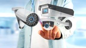 De zakenman een systeem van de Veiligheidscamera houden en het netwerk die verbinden Royalty-vrije Stock Foto's