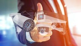 De zakenman een systeem van de Veiligheidscamera houden en het netwerk die verbinden Royalty-vrije Stock Afbeeldingen