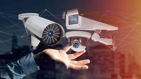De zakenman een systeem van de Veiligheidscamera houden en het netwerk die verbinden Stock Foto's