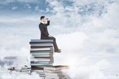 De zakenman en de boeken van het onderwijsconcept Stock Afbeeldingen