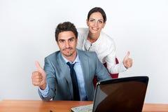 De zakenman en de bedrijfsvrouw tonen handgebaar in de werkplaats Stock Afbeeldingen