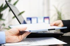 De zakenman en de onderneemster ruilen document of contrac royalty-vrije stock afbeelding