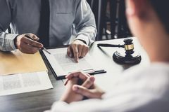 De zakenman en de Mannelijke advocaat of de rechter raadplegen het hebben van teamvergadering royalty-vrije stock fotografie