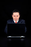 De zakenman gebruikt de computer Stock Foto's