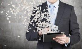 De zakenman gebruikt een tablet Stock Foto