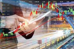 De zakenman gebruikt een tablet De controle uit financieel investmen stock afbeelding