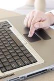 De zakenman gebruikt laptop royalty-vrije stock fotografie