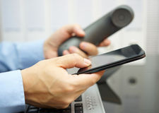 De zakenman gebruikt slimme mobiele telefoon Stock Foto