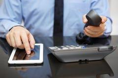 De zakenman gebruikt tabletpc en roept steun stock foto's