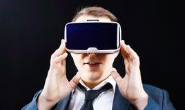 De zakenman gebruikt Virtuele Werkelijkheidsvr hoofd opgezette vertoning Stock Foto