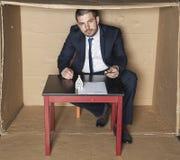 De zakenman geeft een pen om een contract te ondertekenen royalty-vrije stock afbeeldingen