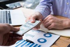 De zakenman geeft geld de dollarrekening van Verenigde Staten van de mensenaanbieding aan s Stock Afbeeldingen