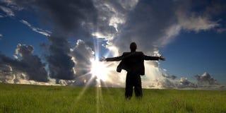 De zakenman geniet van ontspanning en zonsopgang Stock Foto's