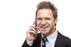 De zakenman is glimlachen gelukkig op de telefoon Stock Fotografie