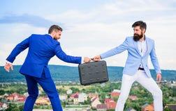 De zakenman haalt aktentas van partner weg Fraude en afpersingsconcept Extortionist van de boefjeafperser royalty-vrije stock afbeeldingen