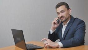 De zakenman heeft een zwaar gesprek stock video