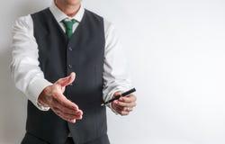 De zakenman heeft hand aan handdruk uit wordt bereikt die royalty-vrije stock afbeelding