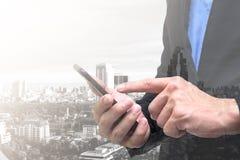 De zakenman heeft planning en wat betreft op telefoon voor eigen zaken royalty-vrije stock afbeelding