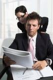 De zakenman herziet een document Stock Foto