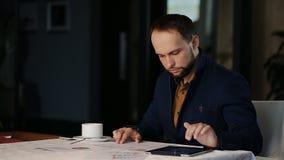 De zakenman in het bureau analyseert de financiële groei stock video