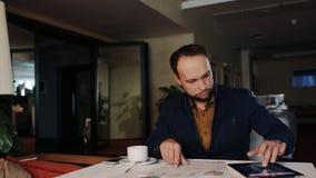 De zakenman in het bureau analyseert de financiële groei stock footage