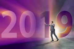 De zakenman in het concept overgang naar jaar 2019 royalty-vrije illustratie