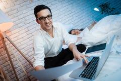 De zakenman houdt blad van document De mens werkt aan laptop De mens is gelukkig royalty-vrije stock afbeelding
