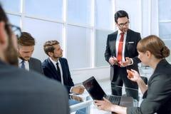 De zakenman houdt een briefing met het commerciële team royalty-vrije stock afbeeldingen
