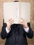 De zakenman houdt een omslag Stock Foto's