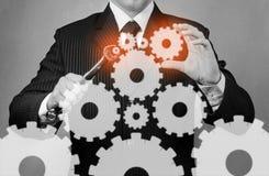 De zakenman houdt moersleutel, zwart-wit beeld Stock Foto