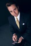De zakenman houdt zijn celtelefoon Royalty-vrije Stock Foto's