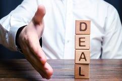 De zakenman houdt zijn hand stand om een overeenkomst te maken Concept die een contract of een overeenkomst, een aanbieding maken royalty-vrije stock foto