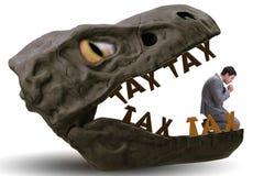 De zakenman in de kaken van hoge belastingen stock foto