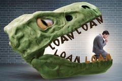 De zakenman in de kaken van schuld en lening stock afbeeldingen